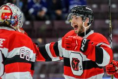 Truchas arco iris de Mississauga contra Ottawa 67 Juego de hockey Imagenes de archivo