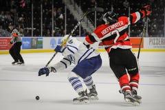 Truchas arco iris de Mississauga contra Ottawa 67 Juego de hockey Imagen de archivo libre de regalías