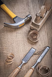 Trucioli dei chissels del pianificatore del martello su legno Fotografia Stock