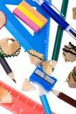Trucioli della matita con la fine dell'insieme del banco in su Immagini Stock