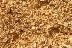 Trucioli di legno e struttura del fondo del mucchio della segatura fotografie stock