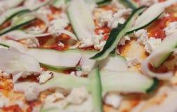 Trucioli e formaggio dello zucchini su pizza Fotografie Stock