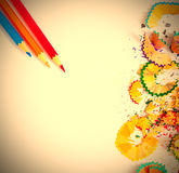 Trucioli e matite colorati su bianco Fotografie Stock