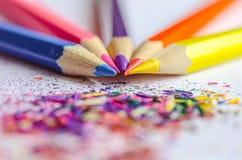 Trucioli per temperare le matite su fondo bianco Fotografie Stock Libere da Diritti