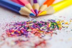 Trucioli per temperare le matite su fondo bianco Immagini Stock
