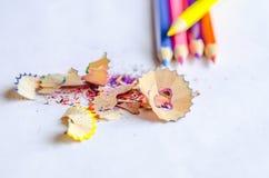 Trucioli per temperare le matite su fondo bianco Fotografia Stock