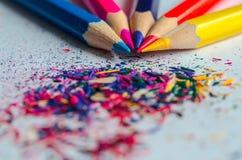 Trucioli per temperare le matite su fondo bianco Fotografia Stock Libera da Diritti