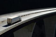 Truck σε μια υψηλού επιπέδου γέφυρα 01 Στοκ Φωτογραφίες