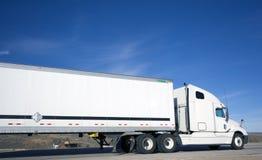 truck σπιτιών κάτω στοκ φωτογραφία με δικαίωμα ελεύθερης χρήσης