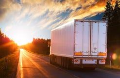 λευκό οδικών truck βραδιού Στοκ Εικόνα