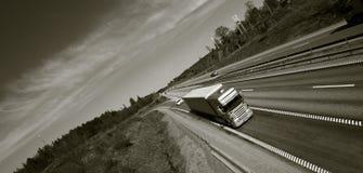 Truck som kör på motorväg Royaltyfria Bilder