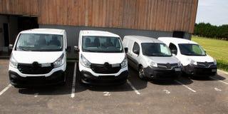 Truck van delivery blanc en parc d'entrep?t photo stock