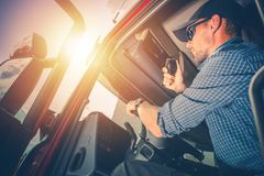 Trucker που προετοιμάζεται για το ταξίδι Στοκ Εικόνες