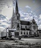 Truckin och kyrka royaltyfri bild