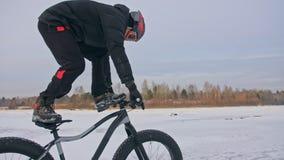 Truco acrobático Soporte en asiento de bicicleta mientras que la bici está en paseo Bici gorda del deportista del soporte extremo almacen de video