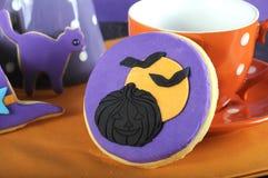 Truco del partido del feliz Halloween o cierre púrpura y anaranjado de la invitación de la galleta para arriba Fotos de archivo libres de regalías