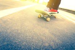Truco del skater en camino de la playa Foto de archivo