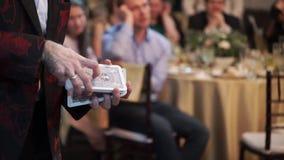 Trucos de la demostración del ilusionista con las tarjetas de juego metrajes