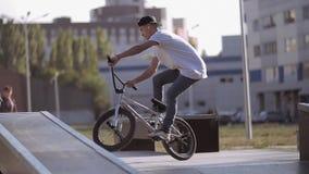 Trucos de los saltos de la bici de HD almacen de metraje de vídeo