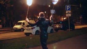Trucos del especialista con los soportes del fuego en la calle metrajes