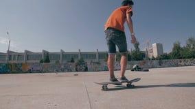 Trucs in het het met een skateboard rijden park stock videobeelden