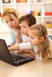 Trucs van de handel - jonge geitjes die computers leren stock afbeeldingen