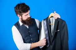 Trudno?? wybiera krawat Sklepowego asystenta lub og?oszenie towarzyskie stylisty us?uga Dopasowywanie krawata str?j M??czyzna bro obrazy stock