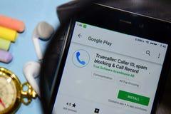 Truecaller:来电显示,垃圾短信阻拦&电话纪录dev应用程序有扩大化的在智能手机屏幕上 库存图片