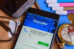 Truecaller: Bezoekersidentiteitskaart, spam het blokkeren & Vraagverslag dev app op Smartphone-het scherm stock fotografie