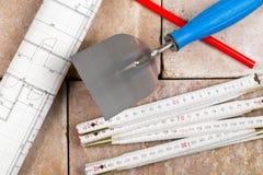 Truelle avec la règle de pliage, le modèle de construction et le crayon sur b photo libre de droits