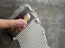 Truelle entaillée par construction avec le ciment blanc Images libres de droits