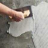 Truelle entaillée par construction avec le ciment blanc image libre de droits