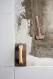 Truelle et marteau entaillés par outils de construction image libre de droits