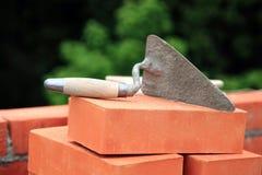Truelle sur les briques photographie stock libre de droits
