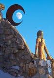 Truene la luna del creciente de la montaña foto de archivo libre de regalías