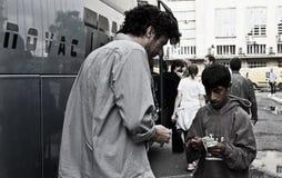 Trueque del dinero con un muchacho gitano Fotos de archivo libres de regalías