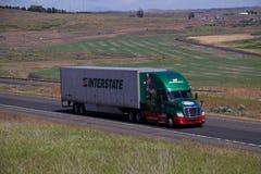 Trueque/verde Freightliner Cascadia de la autopista foto de archivo