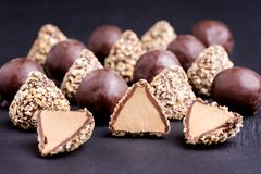 Trufa fresca caseiro com fim horizontal do fundo preto dos doces de chocolate da manteiga do cacau e de amendoim acima Imagens de Stock