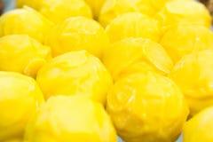 Trufas amarillas de la ronda deliciosa con queso foto de archivo