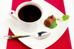 Trufas com uma ch?vena de caf Imagem de Stock