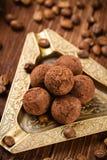 Trufas de chocolate caseiros com pó de cacau Fotografia de Stock