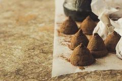 Trufas de chocolate caseiros em cozinhar o espaço da cópia em papel Imagem de Stock