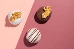 Trufas de chocolate caseiros sortidos Projeto liso da bola dos doces imagens de stock