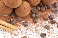 Trufas de chocolate com feijões de café Imagem de Stock Royalty Free