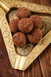 Trufas de chocolate com pó de cacau Fotos de Stock Royalty Free