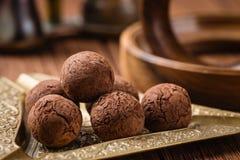 Trufas de chocolate com pó de cacau Fotografia de Stock Royalty Free