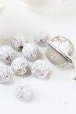 Trufas de chocolate com pó shugar Fotos de Stock