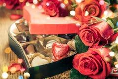 Trufas de chocolate con las rosas rojas Imagenes de archivo