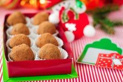 Trufas de chocolate de la Navidad en una caja de regalo Imagen de archivo