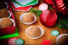 Trufas de chocolate de la Navidad en una caja de regalo, decoración de la Navidad Imagen de archivo